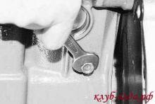 вывернуть пробку сливного отверстия на блоке цилиндров приоры