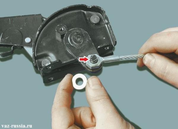 Извлечение шплинта стопорящего шайбу и передний трос и после чего снятие всех этих деталей с пальца на котором они располагаются