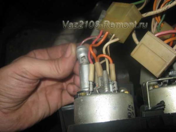 вынимаем лампочки подсветки приборов на ВАЗ 2106