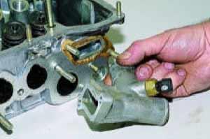 снимаем патрубок с датчиком температуры охлаждающей жидкости системы впрыска.