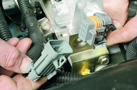 Отсоединение колодки проводов топливной рампы от проводов системы управления двигателем Лада Гранта (ВАЗ 2190)