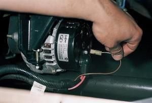 На фото - замена щеток генератора, masteravaza.ru