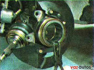 Съемником устанавливаем стопорное кольцо с наружной стороны подшипника