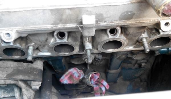 Очищенные посадочные места уплотнительных колец впускного коллектора двигателя ВАЗ-21126 Лада Гранта (ВАЗ 2190)