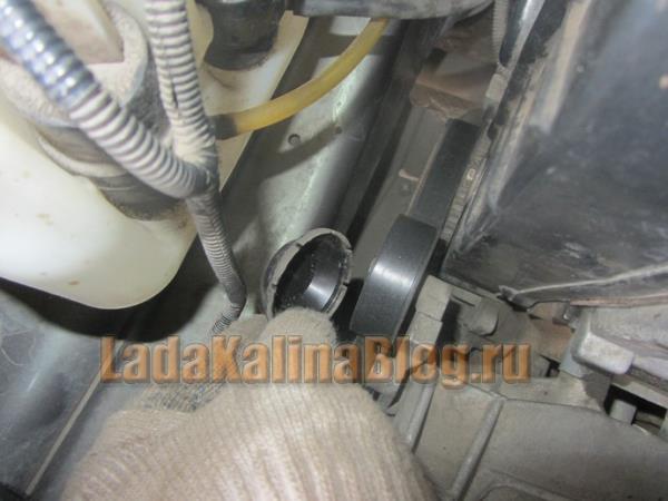 как снять защитный колпачок на натяжном ролике ремня генератора на Калине
