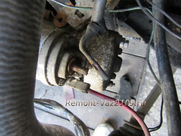 отводим провод стартера в сторону на ВАЗ 2109-2108