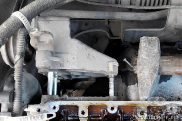 Снимаем кронштейн верхней подушки двигателя ваз-2112
