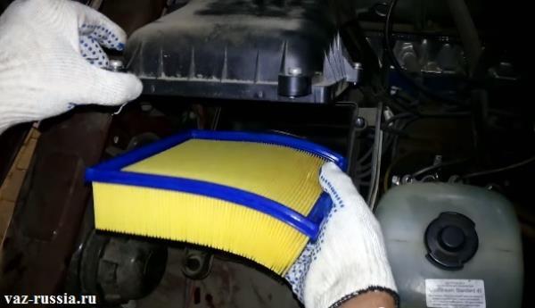 Извлечение воздухофильтра из внутренней части корпуса