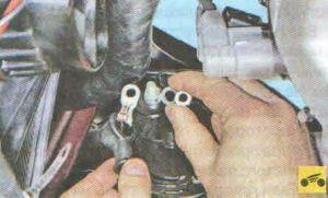 и отсоедините наконечник провода от контактного болта