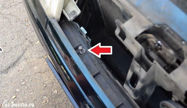 Стрелкой указан болт крепления переднего бампера в верхней его части, данный болт на фото уже вывернут и просто вставлен в отверстие для наглядности