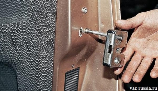 Обратная установка, но только уже нового замка закрывания двери автомобиля