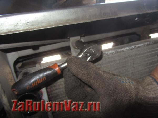 гайка крепления радиатора охлаждения на Гранте