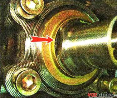 Если подшипник ступицы разрушился и его внутреннее кольцо осталось на оси, спрессовываем его двухзахватным съемником, установив его захваты в специальные выемки