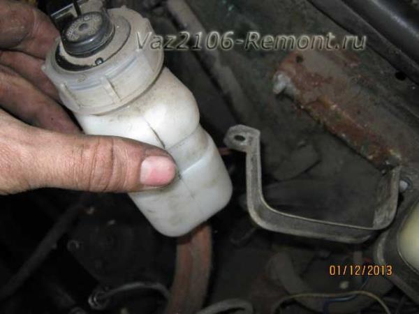 снятие бачка тормозной жидкости на ВАЗ 2106