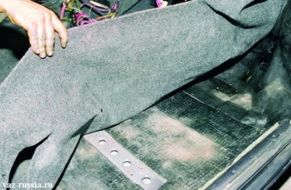 Снятие коврового покрытия пола с автомобиля