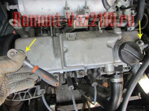 открутить гайки клапанной крышки на ВАЗ 2110-2112