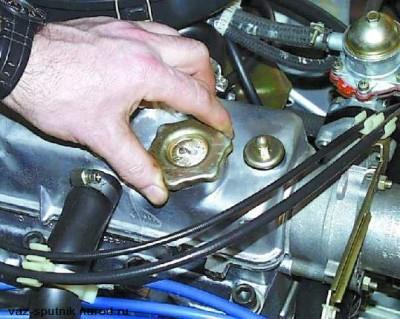 Разверните колпак горловины заливки масла на 90 градусов против часов, после чего демонтируйте ее.