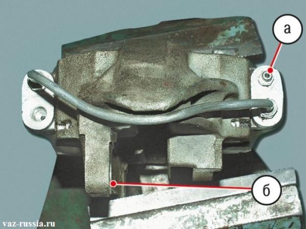 На фото изображено то, как должны быть правильно установлены новые тормозные цилиндры на тормозной суппорт