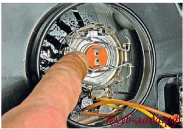 Вывести пружинный фиксатор из зацепления с двумя крючками