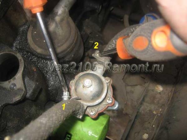 отсоединить шланги бензонасоса на ВАЗ 2106