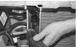 snjatie-zamena-ustanovka-radiatora-sistemy-okhlazhdenija-lada-priora 18