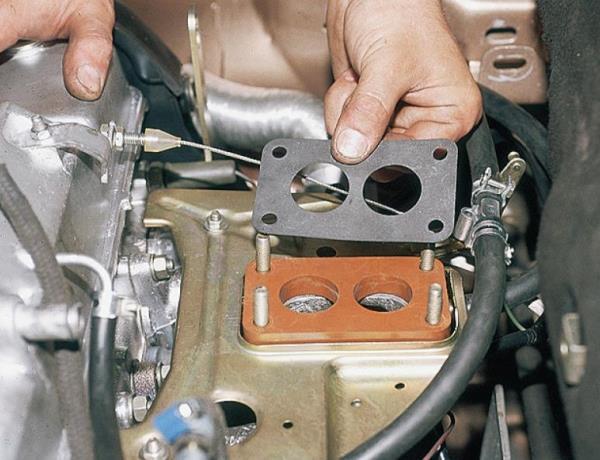 Разборка карбюратора со снятием его с двигателя (Книга о ремонте ВАЗ 2110)