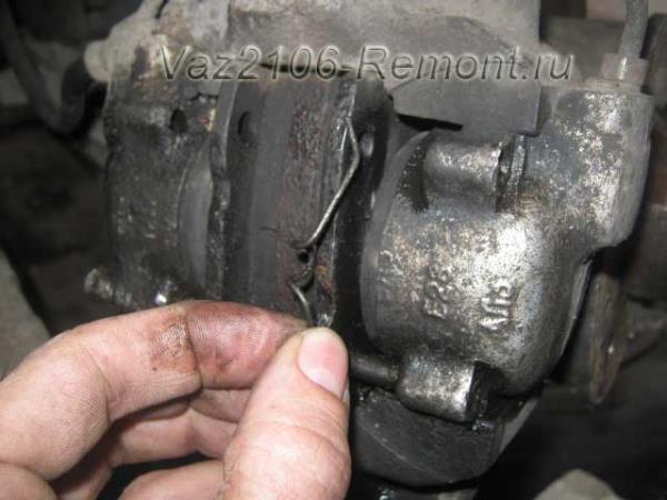 вынимаем пружинные скобы держащие колодки на ВАЗ 2106