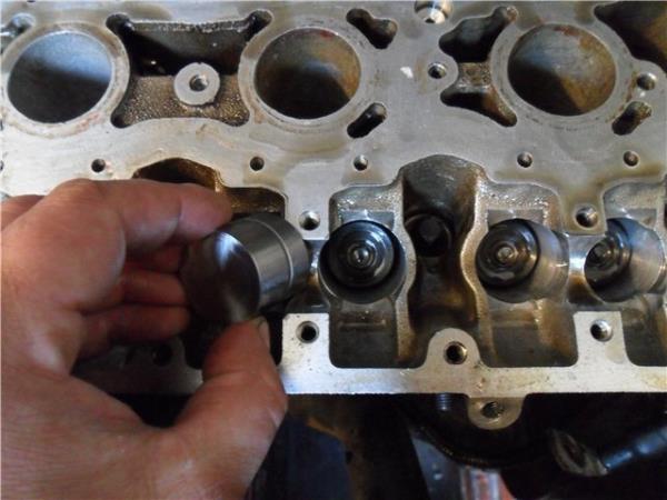 Снятие гидротолкателей клапанов из отверстий в головке блока цилиндров ВАЗ-21126 Лада Гранта (ВАЗ 2190)