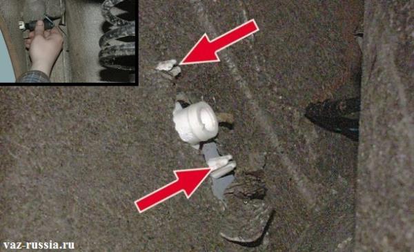 Извлечение патрона из корпуса повторителя поворота и нажатием на фиксаторы которые указаны стрелками, снятие повторите поворота с крыла автомобиля