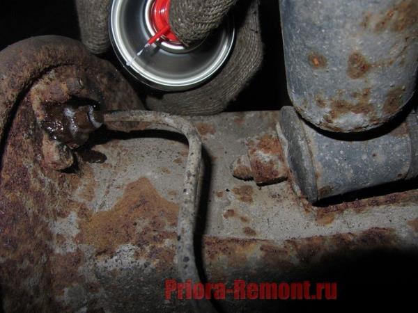 нанести проникающую смазку на резьбовые соединения тормозного цилиндра Приоры