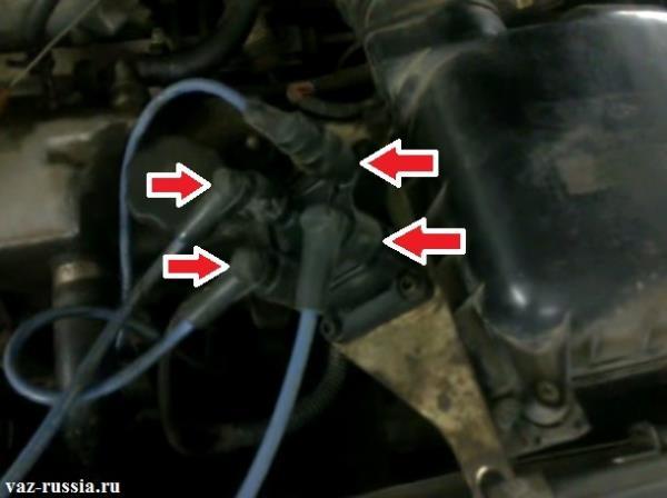 Стрелками указаны высоковольтные провода которые подсоединены к снятому модулю зажигания