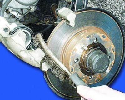 Проведите очистку поверхности суппорта тормоза от накопившейся грязи и пыли. Используйте металлическую щетку.