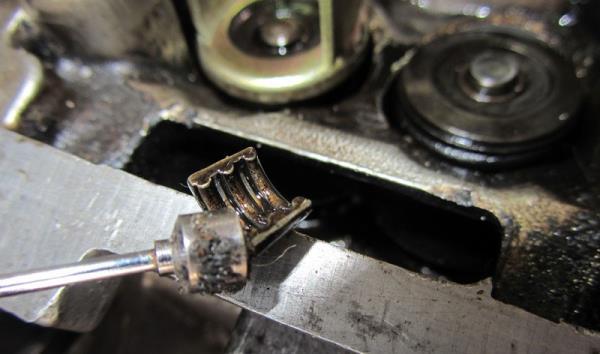 Снятие сухарей из верхней тарелки пружины клапана двигателя ВАЗ-21126 Лада Гранта (ВАЗ 2190)