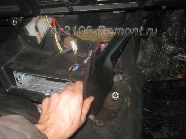 снятие панели где находится магнитола на ВАЗ 2106