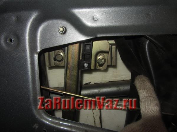 болты крепления планки стеклоподъемника к стеклу на ВАЗ 2114 и 2115