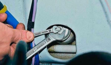Откручиваем гайку на штоке переднего амортизатора на ВАЗ 2101, 2102, 2103, 2104, 2105, 2106, 2107
