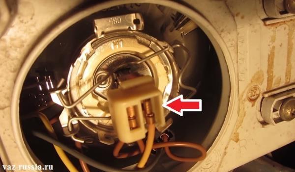 Стрелкой указана колодка проводов которую нужно снять потянув за неё