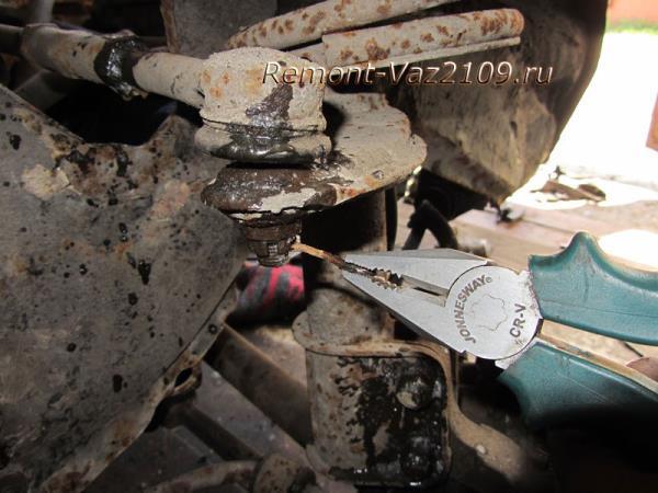 вынимаем шплинт из гайки наконечника рулевой тяги ВАЗ 2109-2108