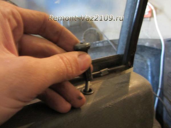 выкрутить шпингалет замка двери на ВАЗ 2109-2108