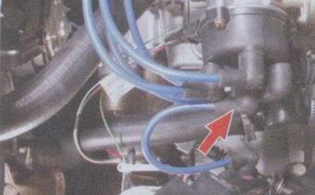 Снимаем центральный высоковольтный (ВВ) провод с трамблера