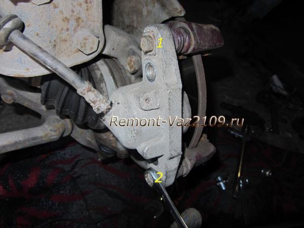 открутить болты крепления тормозного цилиндра к скобе суппорта на ВАЗ 2109-2108