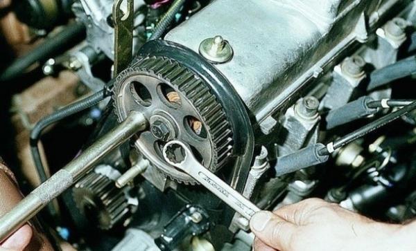 Откручивание болта крепления шкива распредвала 8-клапанного двигателя Лада Гранта (ВАЗ 2190)