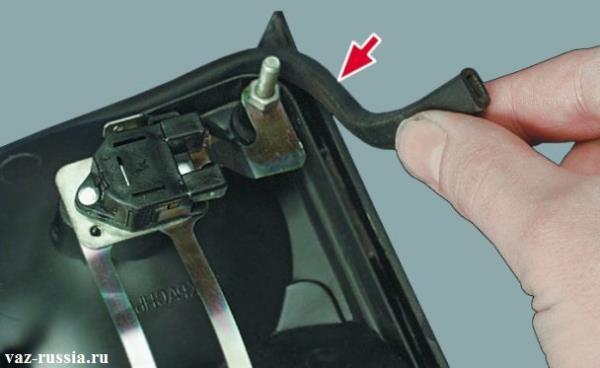 Снятие резинового уплотнителя с корпуса заднего фонаря, для его осмотра