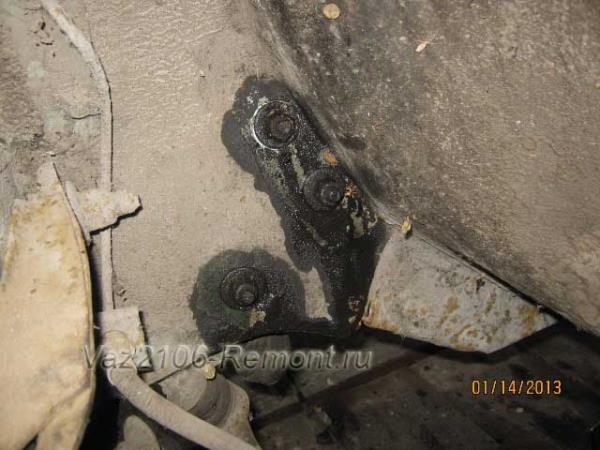 где находятся болты крепления рулевой колонки на ВАЗ 2106