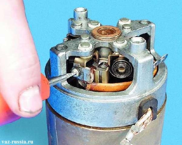 Отворачивание винта крепления обмотки статора