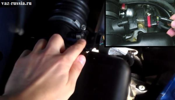 Вынимание колодки проводов из отверстия в датчике в котором она находится