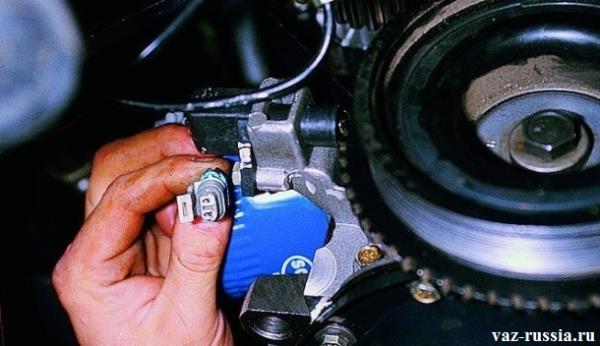 Отсоединение от датчика колодки проводов