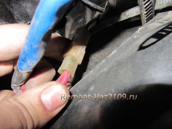 как отсоединить плюсовой штекер от вентилятора печки на ВАЗ 2109-2108