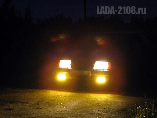 Вид на ПТФ ночью: желтые фары привлекают дополнительное внимание