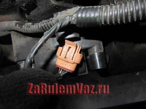 отсоединить штекер от модуля зажигания ВАЗ 2114-2115